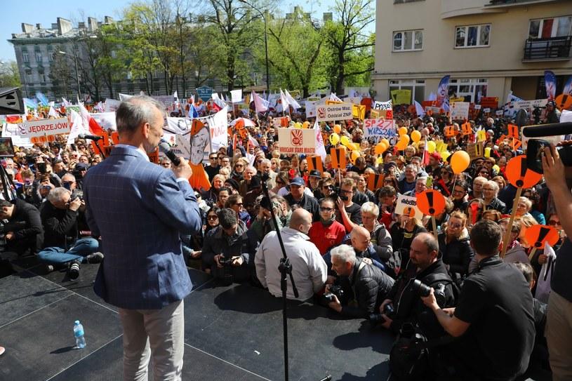 Manifestacja nauczycieli przed budynkiem Ministerstwa Edukacji Narodowej, zdjęcie z 23.04. /Rafał Guz /PAP