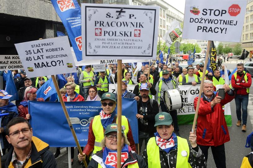 Manifestacja Ogólnopolskiego Porozumienia Związków Zawodowych przed siedzibą Ministerstwa Rodziny, Pracy i Polityki Społecznej w Warszawie / Jakub Kamiński    /PAP