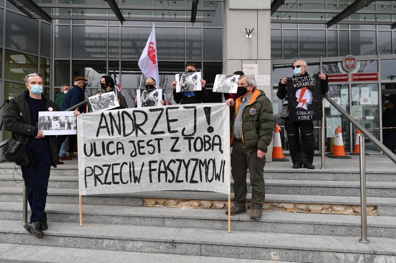 Manifestacja poparcia dla działacza KOD Andrzeja Majdana przed budynkiem Sądu Rejonowego w Radomiu / Piotr Polak    /PAP