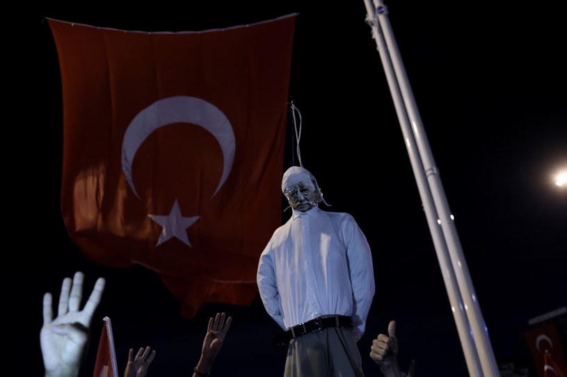 Manifestacja poparcia dla Erdogana. Na zdjęciu kukła przeciwnika politycznego prezydenta Turcji Fethullaha Gulena /AFP