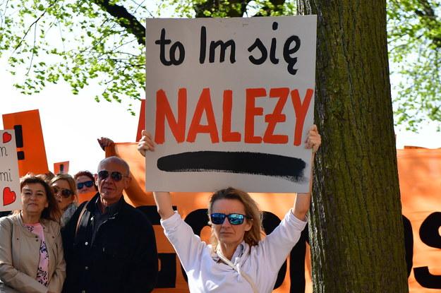 Manifestacja poparcia dla strajku z udziałem nauczycieli, rodziców i uczniów przed urzędem wojewódzkim w Szczecinie /PAP