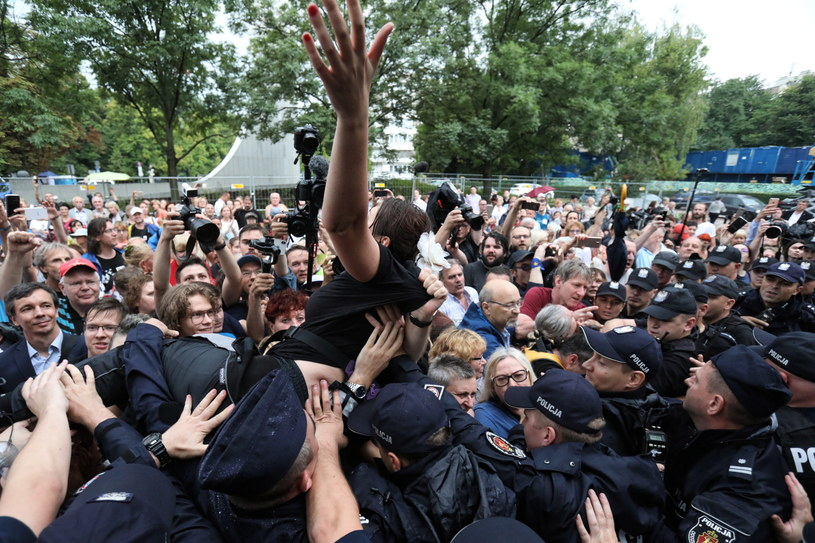 """Manifestacja przeciwników reformy sądownictwa pod hasłem """"Sejm jest nasz"""" /Tomasz Gzell   /PAP"""