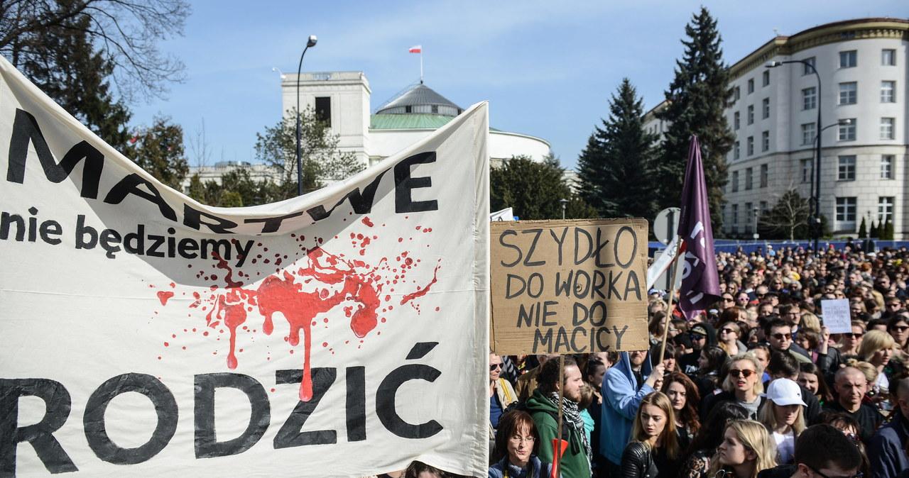 Manifestacja przeciwników ustawy antyaborcyjnej. Przynieśli posłom wieszaki…