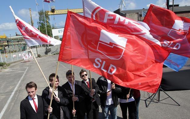 Manifestacja SLD i OPZZ przed bramą stoczni w Szczecinie / fot. Jerzy Undro /PAP