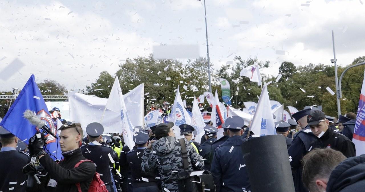 Manifestacja służb mundurowych w Warszawie na Placu na Rozdrożu