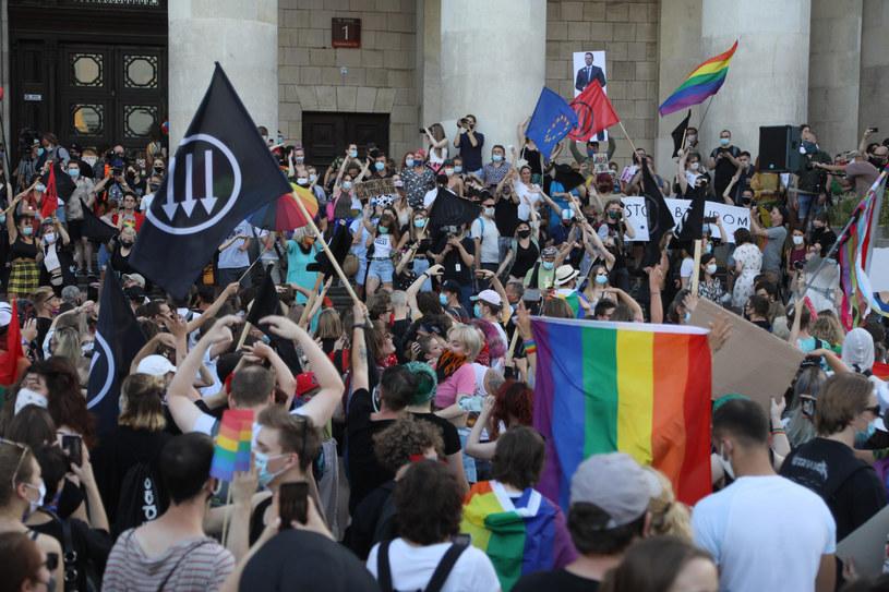 Manifestacja srodowisk LGBT pod Palacem Kultury i Nauki po piatkowych masowych aresztowaniach aktywistow LGBT /Jakub Kamiński   /East News