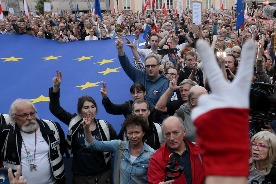 Manifestacja zorganizowana przez przeciwników reformy sądownictwa przed siedzibą Sądu Najwyższego w Warszawie / Jakub Kamiński    /PAP