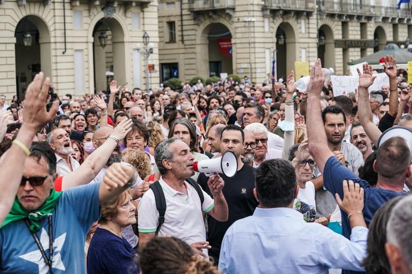 Manifestacje przeciwników obowiązkowych przepustek COVID-19 we Włoszech /PAP/EPA/TINO ROMANO /PAP