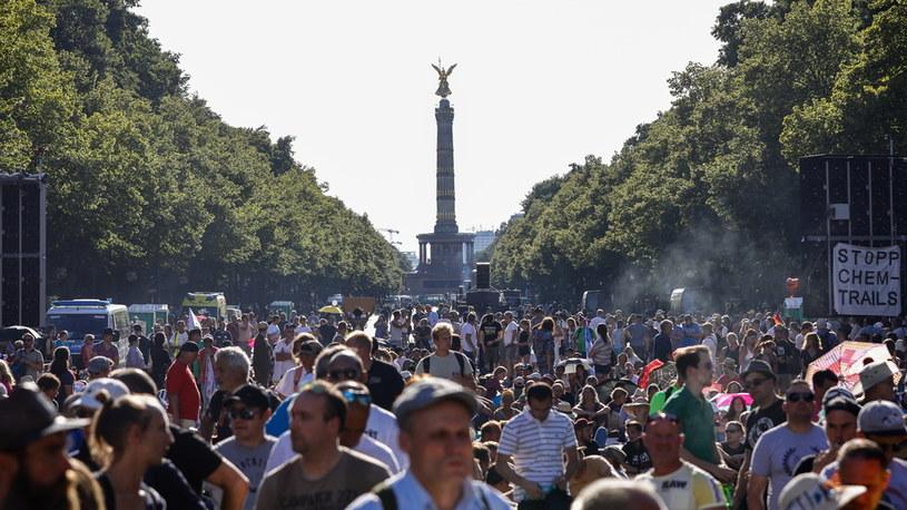 Manifestacje w Berlinie przeciwko wprowadzonym przez władze ograniczeniom związanym z koronawirusem /PAP/EPA/Felipe Trueba /PAP/EPA