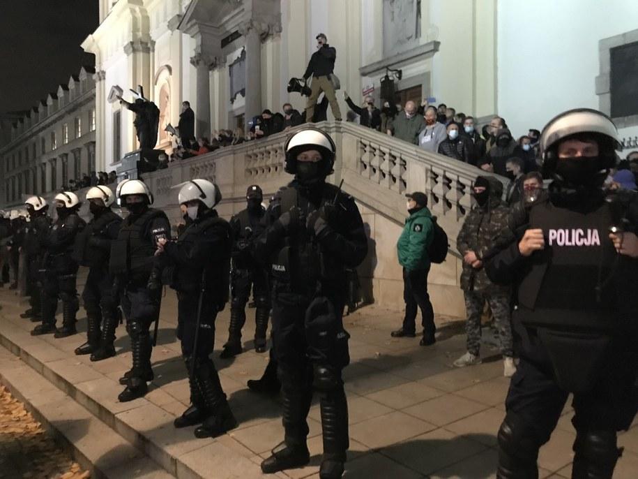 Manifestacje w stolicy. Przeciwnicy aborcji bronią wejścia do kościoła /Krzysztof Zasada /RMF FM