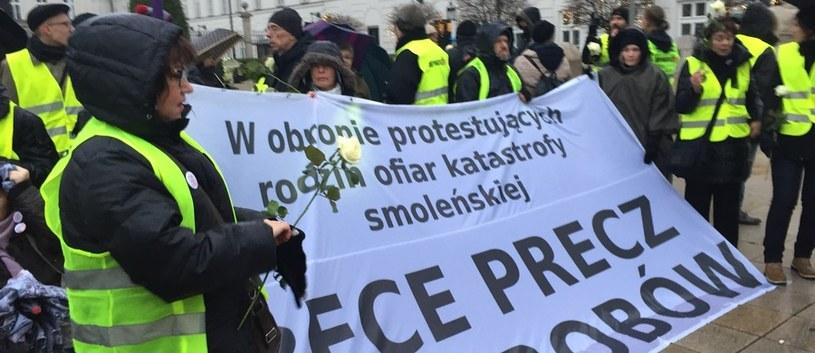 Manifestanci trzymają w rękach białe róże /Krzysztof Zasada /RMF FM