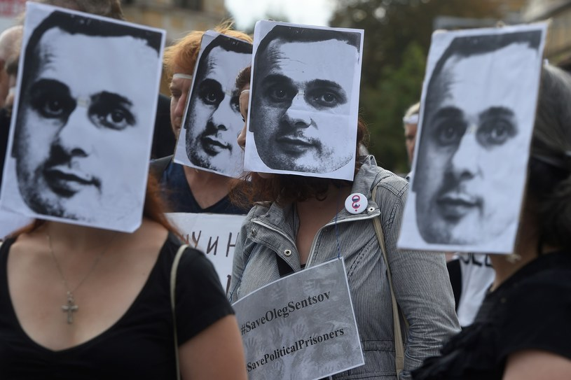 Manifestujący domagający się uwolnienia Sencowa /MICHAL CIZEK /East News