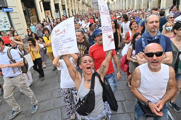 Manifestujący sprzeciwiają się przepustkom covidowym /ALESSANDRO DI MARCO  /PAP/EPA