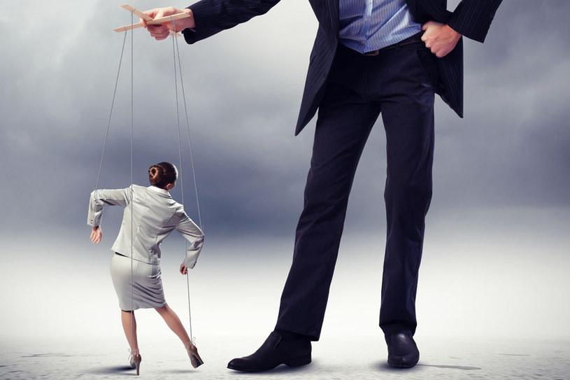 """Manipulacja wcale nie musi oznaczać brutalnego wymuszania pewnych zachowań. Bardziej """"doświadczeni"""" w tym fachu stosują wiele subtelnych, psychologicznych sztuczek /123RF/PICSEL"""