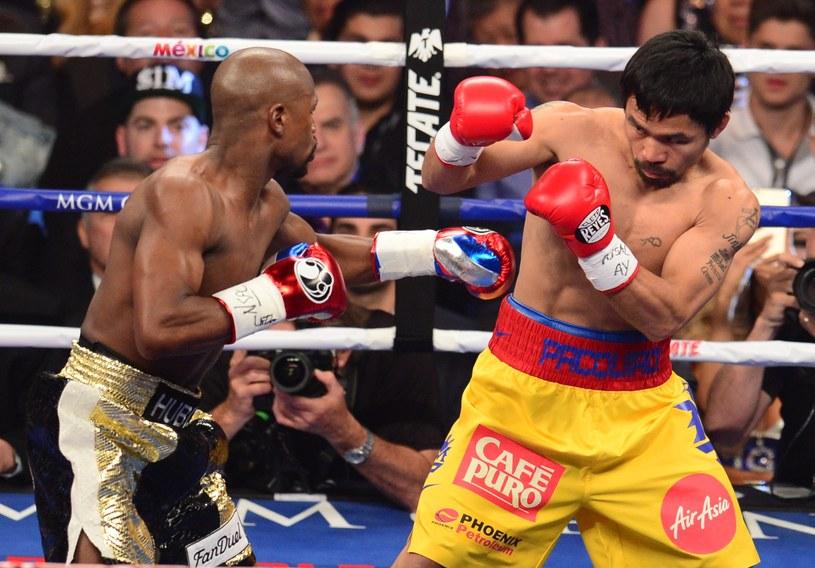 Manny Pacquiao (z prawej) przegrał na punkty z Floydem Mayweatherem /AFP