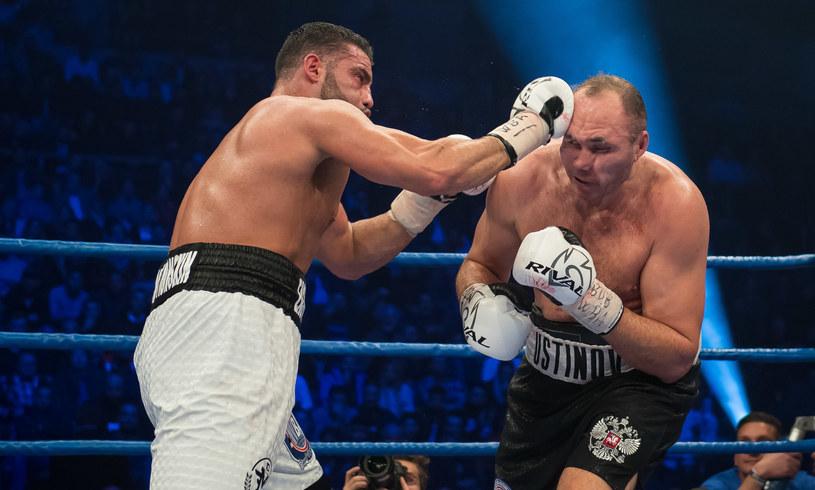 Manuel Charr (z lewej) pokonał Aleksandra Ustinowa /AFP