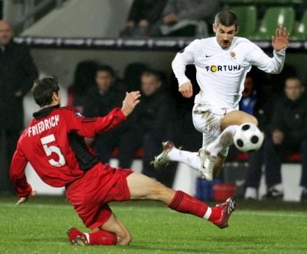 Manuel Friedrich i Jan Rezek walczą o piłkę. Bayer-Sparta 1:0 /AFP