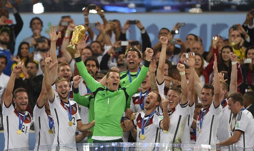 Manuel Neuer (w zielonej koszulce) /AFP