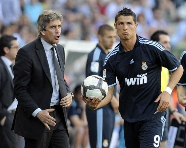 Manuel Pellegrini (z lewej) miał w składzie gwiazdy, ale nie zdobył żadnego trofeum /AFP