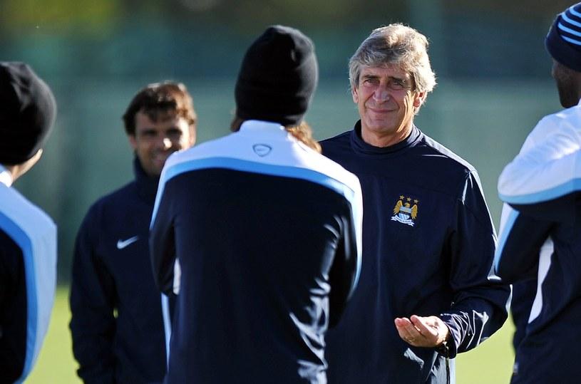 Manuel Pellegrini ze swoimi piłkarzami podczas treningu /AFP