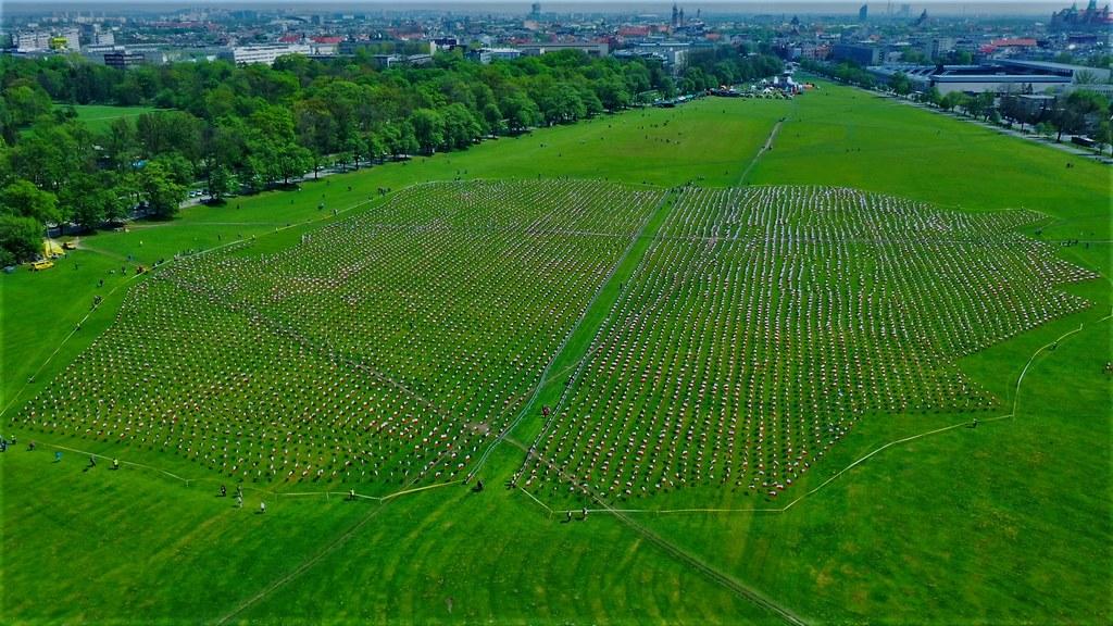 Morze Flag Na Krakowskich Bloniach Zobacz Jak Powstala Bialo