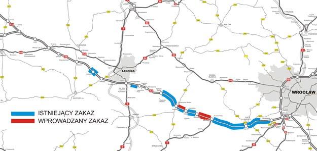 Mapa przedstawiająca odcinki autostrady z obowiązującym i wprowadzanym zakazem wyprzedzania dla ciężarówek. /