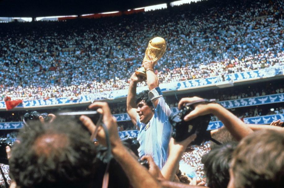 Maradona po wygranej z Argentyny z Niemcami 3:2. W ręku trzyma Puchar Świata FIFA /EFE /PAP/EPA