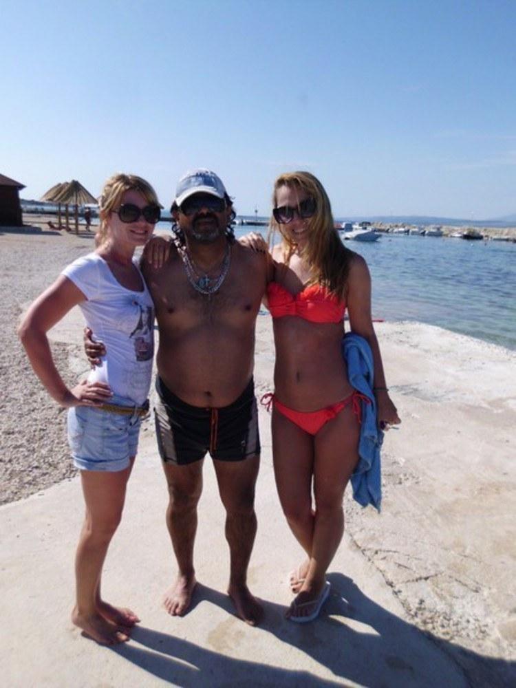 Maradona uwielbia towarzystwo młodych kobiet /- /East News