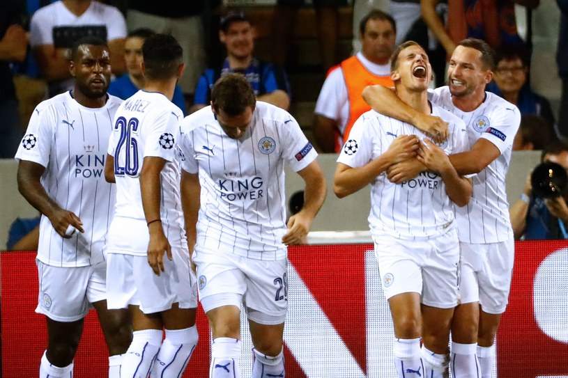 Marc Albrighton (drugi z prawej) zdobył pierwszą bramkę dla Leicester City w historii Ligi Mistrzów /AFP