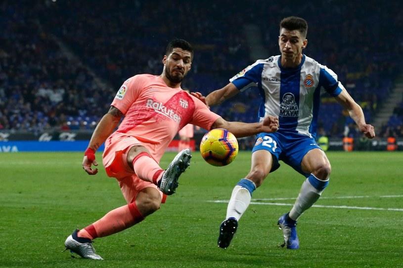 Marc Roca w pojedynku z Luisem Suarezem /PAU BARRENA  /AFP