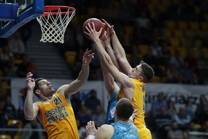 Marcel Ponitka (z prawej) zagra w NBA? /Newspix