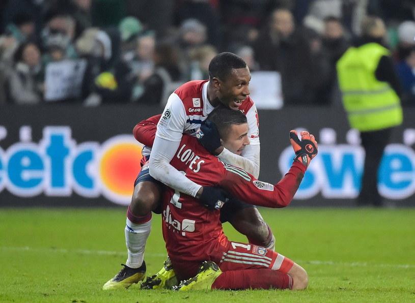Marcelo Guedes ściska bramkarza Anthony'ego Lopesa z Olympique Lyon /AFP
