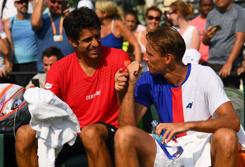 Marcelo Melo (w czerwonej koszulce) oraz Łukasz Kubot (w niebiesko-białej koszulce) /Rob Foldy /AFP