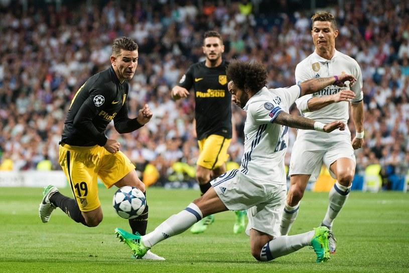 Marcelo walczy o piłkę z Lucasem Hernandezem podczas pierwszego spotkania półfinałowego /AFP