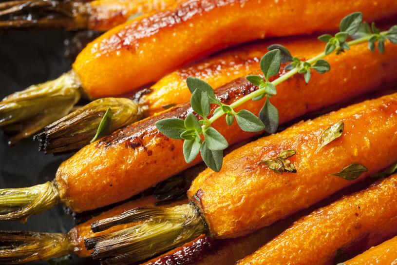 Marchew z grilla będzie znakomitym dodatkiem do pieczonego mięsa /123RF/PICSEL