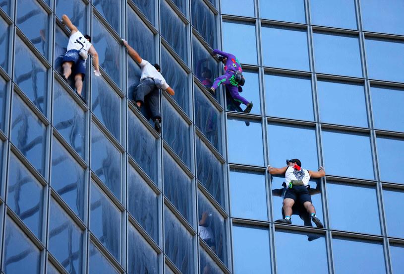 Marcin Banot i Alain Robert wspięli się na wieżowiec bez asekuracji /THOMAS SAMSON /AFP
