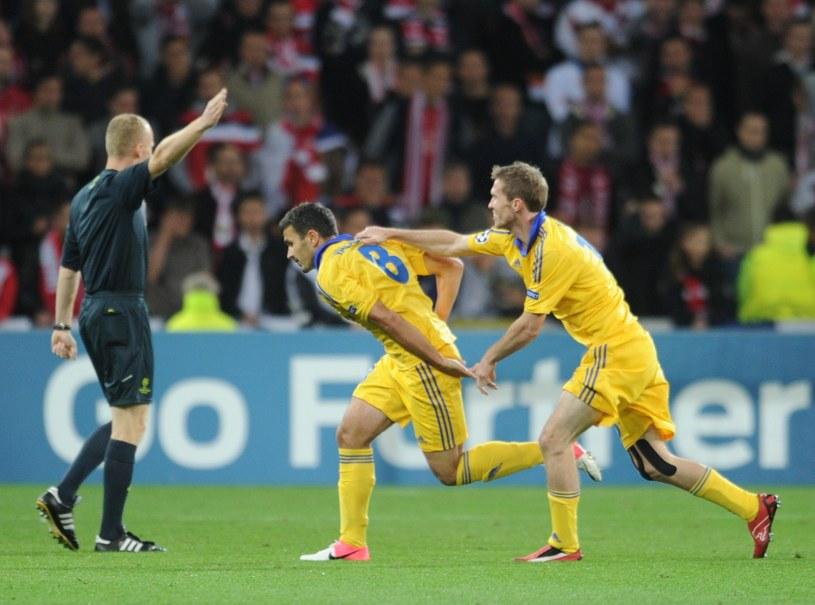 Marcin Borski uznaje gola dla BATE Borysów w meczu z Lille. /AFP