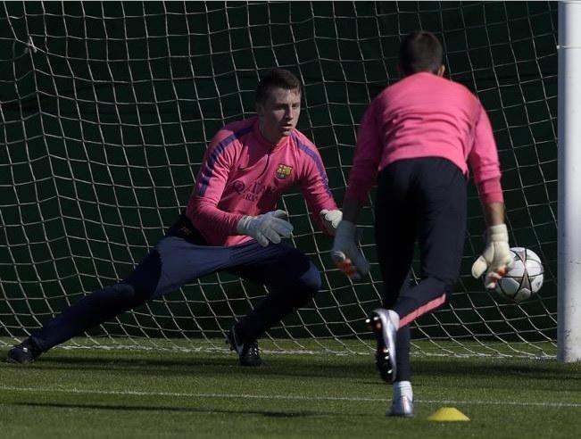 Marcin Bułka w trakcie testów w Barcelonie /Twitter/@FCBEscola_Vars /INTERIA.PL