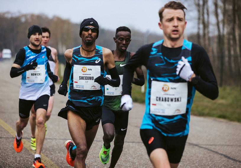 Marcin Chabowski (na pierwszym planie). Tuż za nim Yared Shegumo oraz Adam Nowicki. /NN Mission Marathon /