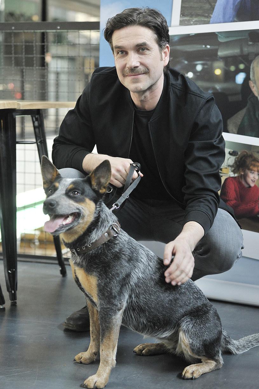 "Marcin Dorociński z psem na planie filmu ""Boski plan"" /AKPA"