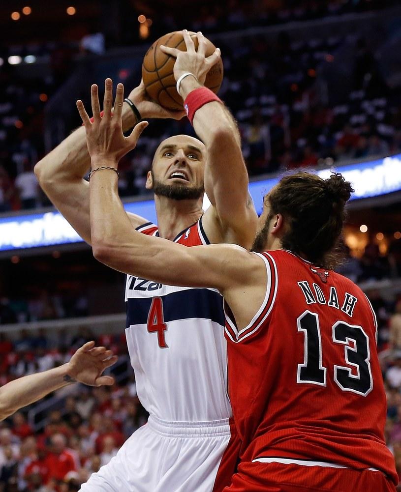 Marcin Gortat i Joakim Noah z Chicago Bulls /AFP