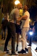 Marcin Gortat próbuje pocałować faceta przed nocnym klubem