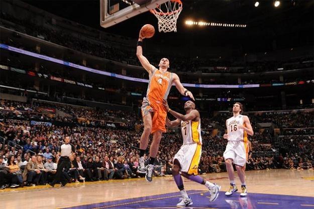 Marcin Gortat rozegrał dobre spotkanie, ale Phoenix Suns nie zdołali pokonać Los Angeles Lakers /AFP