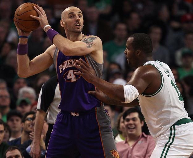 Marcin Gortat (tu w meczu z Boston Celtic) pomógł Suns w wygranej. /AFP