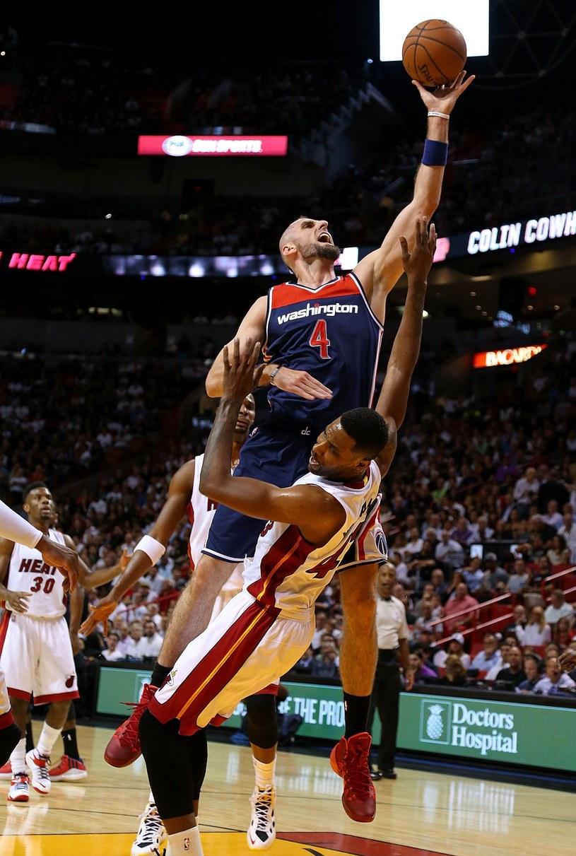 Marcin Gortat w ataku podczas meczu z Miami Heat /AFP