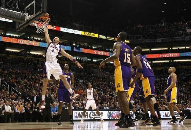 Marcin Gortat w meczu z Los Angeles Lakers /AFP