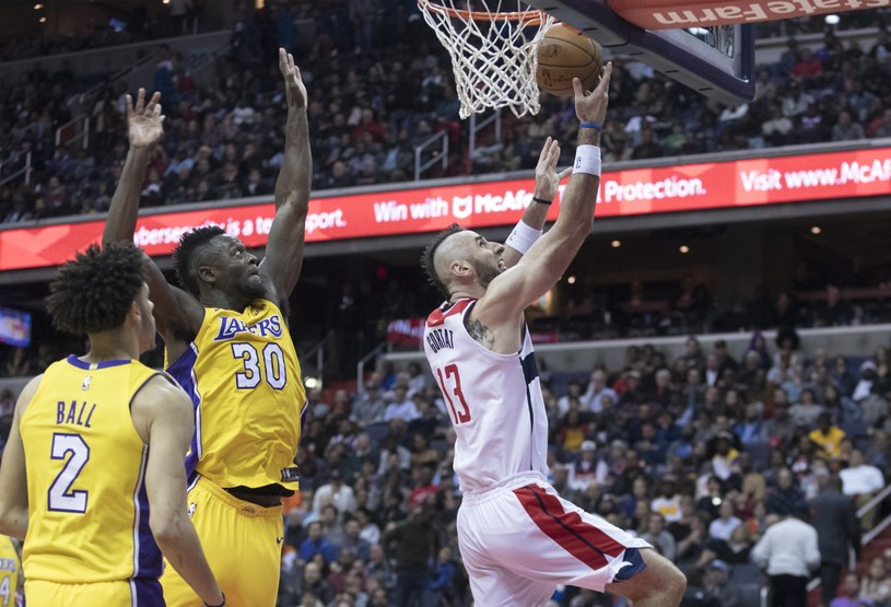 Marcin Gortat w meczu z Los Angeles Lakers /PAP/EPA