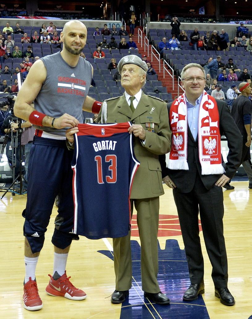 Marcin Gortat z byłym żołnierzem AK - Julianem Kulskim na meczu NBA /MIKE THEILER /PAP/EPA