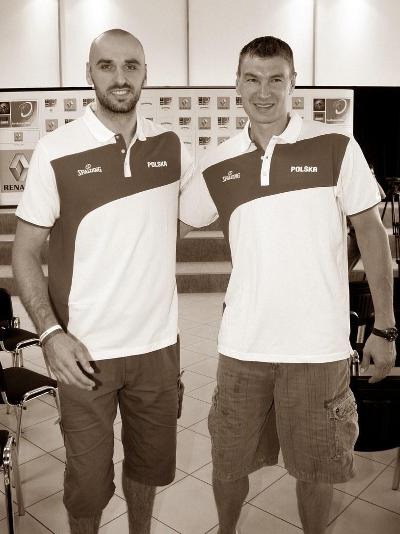 Marcin Gortat (z lewej) oddał hołd śp. Adamowi Wójcikowi /Fot. Mariusz Grzelak /East News