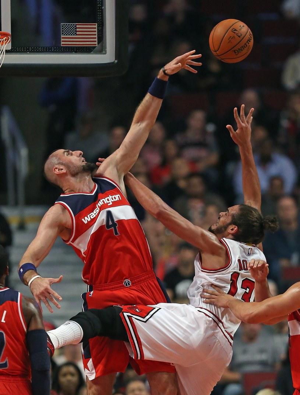 Marcin Gortat (z lewej) podczas meczu z Chicago Bulls /AFP
